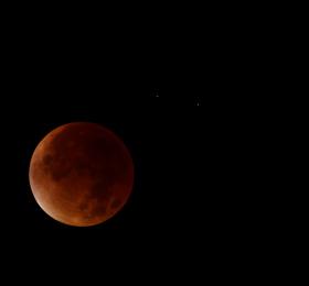Image Ciels de Nantes - Il est 5h, la Lune s'éclipse Soirée